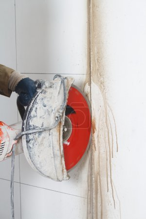 Cutting wall with electric tool