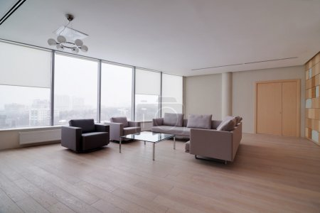 Photo pour Immeuble de bureaux moderne intérieur avec grand canapé - image libre de droit