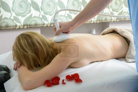 Photo pour Femme obtient un traitement thérapeutique au salon de spa - image libre de droit