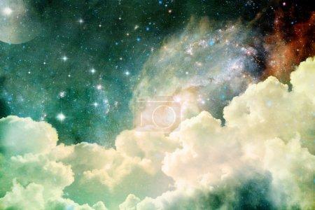 Foto de Un photobased cloudscape con nubes, estrellas y luna con galaxias distantes. - Imagen libre de derechos