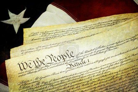 Photo pour La constitution américaine se trouvant au-dessus des États-Unis drapeau de texture. - image libre de droit