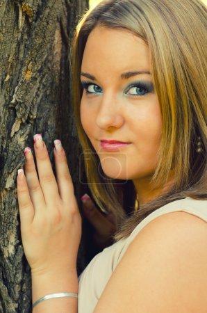 Photo pour Portrait de la belle fille joufflue sur la journée ensoleillée d'automne . - image libre de droit
