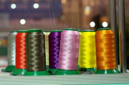 Photo pour Machine de textile avec des fils de couleurs rouge et jaune - image libre de droit