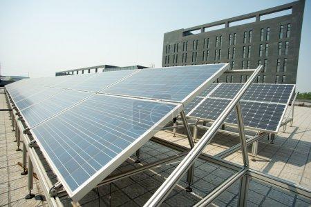 Foto de Equipos de generación de energía solar en pequeña escala en el techo - Imagen libre de derechos