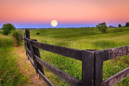 Photo pour Lever de lune pittoresque dans la région Bluegrass du Kentucky - image libre de droit