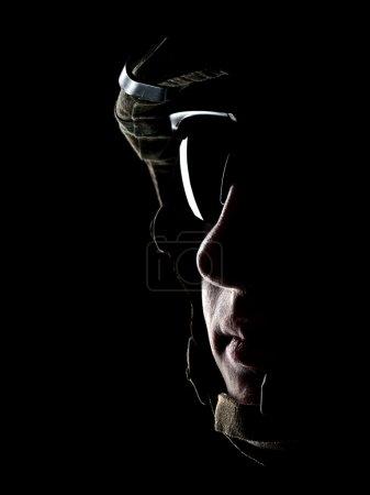 Photo pour Nous soldat dans le casque sur le fond noir - image libre de droit