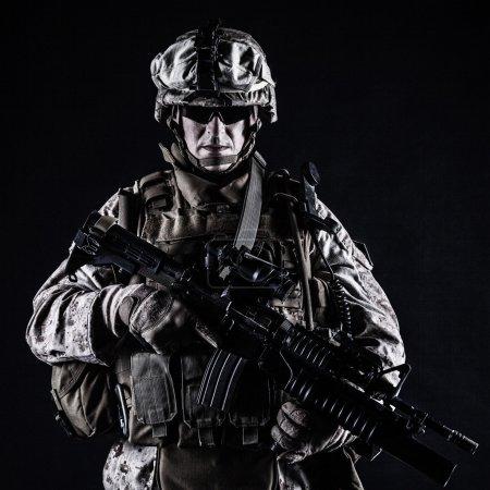Photo pour Nous marine avec son fusil d'assaut sur fond noir - image libre de droit