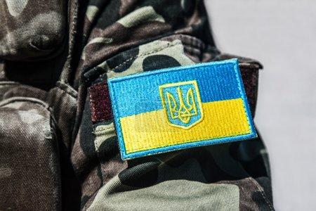 Photo pour Insigne militaire de l'armée ukrainienne avec trident et drapeau jaune-bleu - image libre de droit