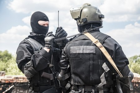 Photo pour Deux spec soldats ops en noir uniforme en action - image libre de droit