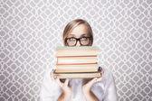 Frau peering über Bücher