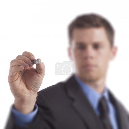 Photo pour Jeune homme d'affaires dessine un diagramme vierge sur un fond blanc . - image libre de droit