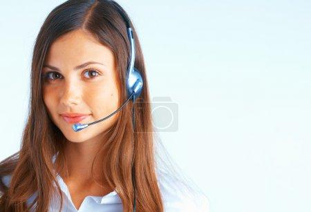 Foto de Mujer joven hermosa con auriculares en fondo azul claro - Imagen libre de derechos