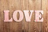 Dřevěné písmena tvořící slova láska