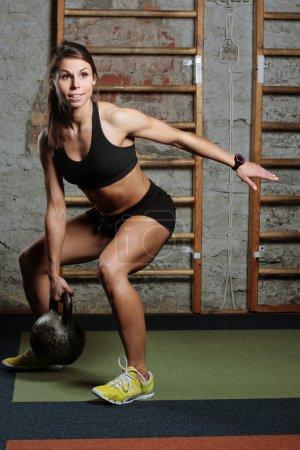 Photo pour Fit femme soulever des poids dans une salle de sport - image libre de droit