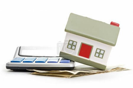 maison assis avec une calculatrice et le dollar