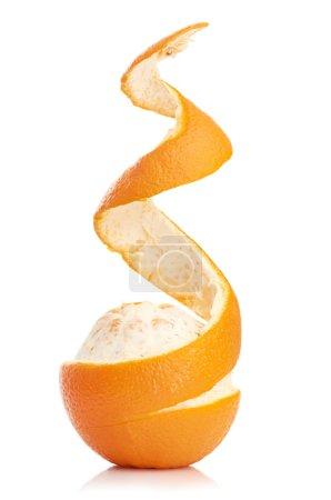 Photo pour Orange avec spirale pelées peau isolée sur fond blanc - image libre de droit