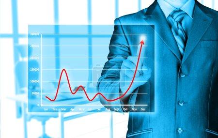 Photo pour Homme d'affaires touchant la lumière de l'idée - image libre de droit