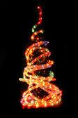 Vánoční strom v temné noci