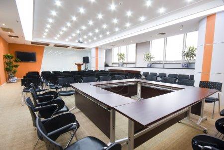 Photo pour Salle de conférence moderne Bureau intérieur - image libre de droit