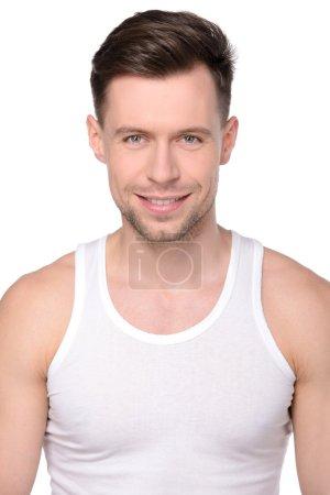 Photo pour Beau, jeune homme. Frais après une douche et un bain, l'homme sourit doucement. Isolé sur le fond blanc . - image libre de droit