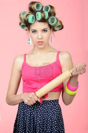 Photo pour Où étais-tu passé ? Sexy jeune femme au foyer debout avec un rouleau à pâtisserie dans sa main - image libre de droit