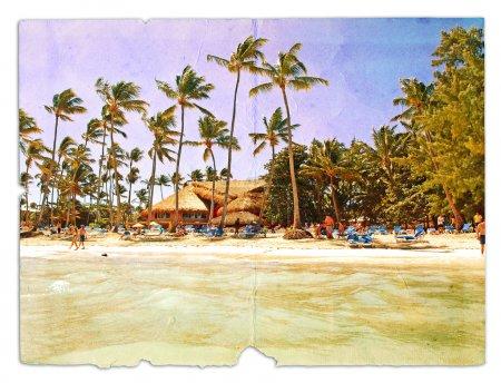 Photo pour Reste sur la plage, chaises longues, palmiers, bungalows. La carte postale, dans un style grunge et rétro design. Isolé sur fond blanc - image libre de droit