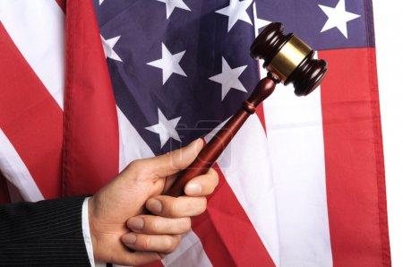Photo pour Cour américaine, marteau devant un drapeau américain - image libre de droit