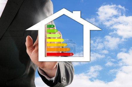 Foto de Hombre elige su casa de ensueño eficientes frente al cielo azul - Imagen libre de derechos