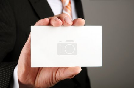 Photo pour Homme d'affaires montrant blanc business carte ou signe - image libre de droit