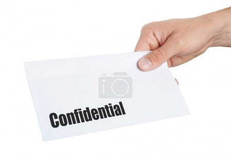 Photo pour Main donnant une enveloppe confidentielle sur elle - image libre de droit
