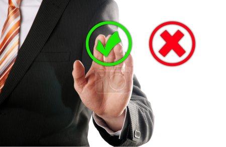 Photo pour Touches d'homme d'affaires du droit bouton devant fond blanc - image libre de droit