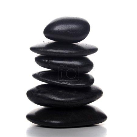 Photo pour Pile de pierres zen noires sur fond blanc - image libre de droit