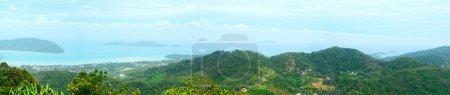 Photo pour Vue panoramique par dessus la colline élevée sur le littoral tropical et la mer avec les îles - image libre de droit