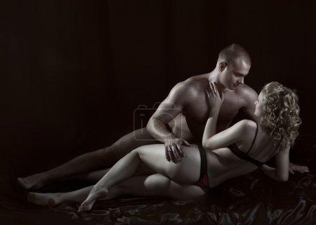 Photo pour Tourné d'un couple amoureux passionné . - image libre de droit