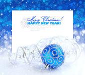 Decorazioni di Natale blu e argento su festa di base un postale con testo di esempio