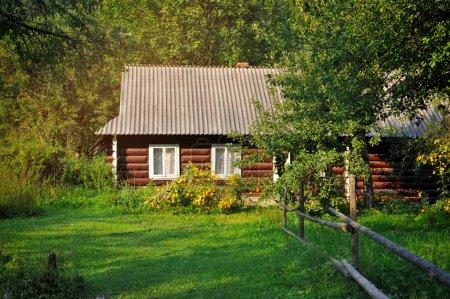 Altes Dorfhaus im Sommertag