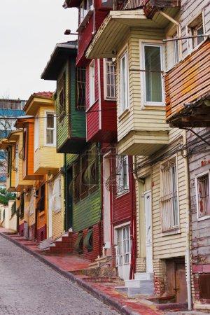 Colorida escena callejera con casa muy estrecha pintada. Casas históricas en Estambul, Fatich .