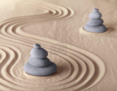 Photo pour Pierre de méditation de jardin zen pour la méditation et la relaxation conceptuelle pour la simplicité harmonie pureté et équilibre arrière-plan avec espace de copie - image libre de droit