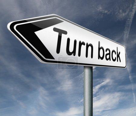 Foto de Giro vía inversa posterior desvío volver girando frente a señal flecha de dirección raod - Imagen libre de derechos