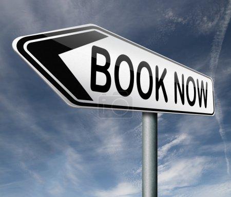 Photo pour Réservation en ligne de livre de vol billet vacances vacances hôtel restaurant ou concert - image libre de droit