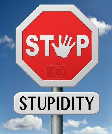 Photo pour N'arrêter la bêtise aucune naïveté sans cervelle bêtement non professionnelle téméraire stupide erreur - image libre de droit