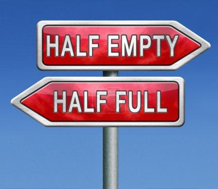 Photo pour Optimisme ou pessimisme pour un optimiste le verre est à moitié plein pour le pessimiste il est à moitié vide quelle philosophie suivez-vous êtes-vous un regard pessimiste ou optimiste sur le côté lumineux ou sombre - image libre de droit