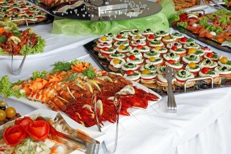Photo pour Nourriture buffet de fête sur la table. - image libre de droit