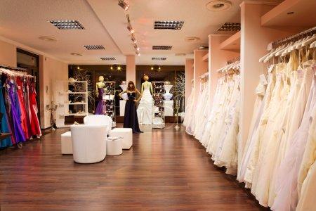 Photo pour Mannequins en mariage et robes de soirée dans la boutique de mariée - image libre de droit