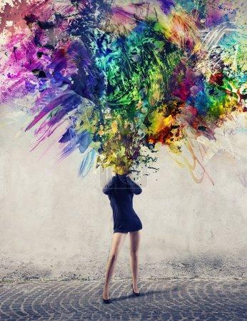 Photo pour Une fille permet d'échapper à son cou une multitude de peintures colorées - image libre de droit