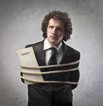 Photo pour Homme d'affaires attaché avec une corde, tenant son contrat - image libre de droit