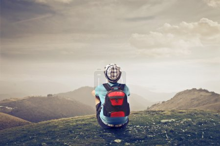 Photo pour Garçon reflétant dans une friche - image libre de droit