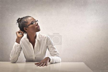 Photo pour Fille noire avec une chemise blanche - image libre de droit