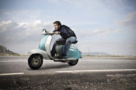 Photo pour Garçon va vite sur une moto - image libre de droit