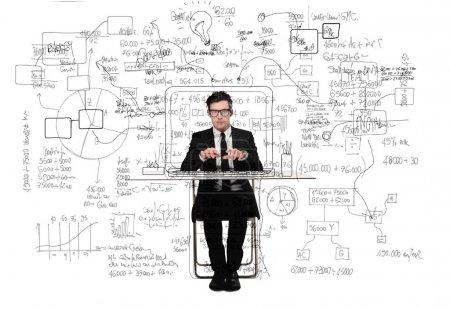 Photo pour Jeune homme d'affaires travaillant à son bureau - image libre de droit